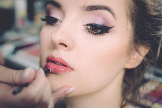 jak malować kreskę eyelinerem