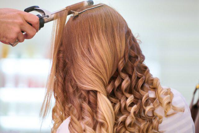 Jakie wybrać modne fryzury na wiosnę i lato?
