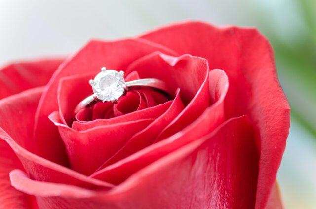 Czy wiesz, na którym palcu nosi się pierścionek zaręczynowy?